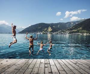 Thumersbach lido with jumping bathers