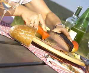 Ein Stueck Speck und Brot auf einem Servierbrett
