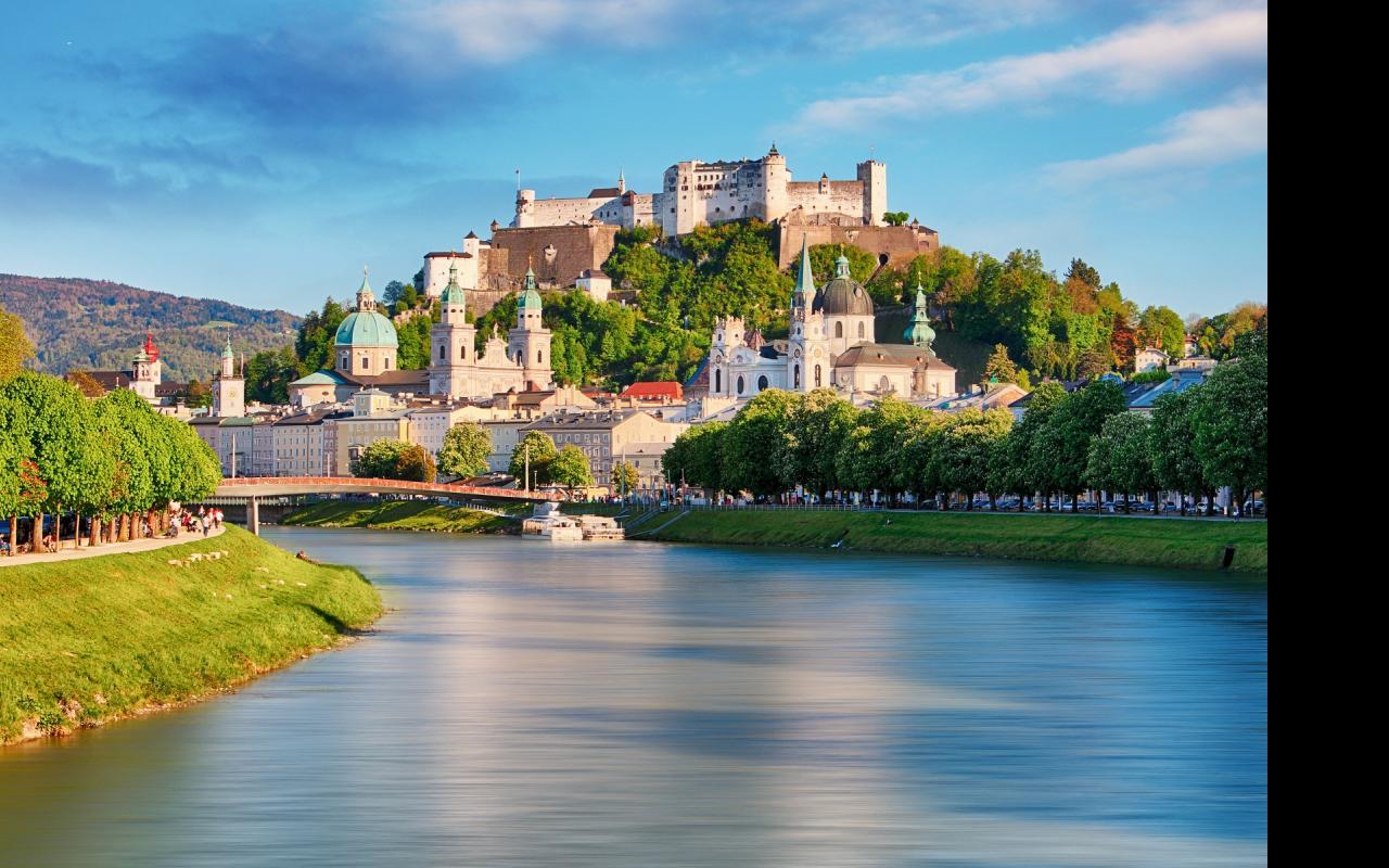 Ansicht Altstadt Salzburg Dom Burg Salzach im Sommer