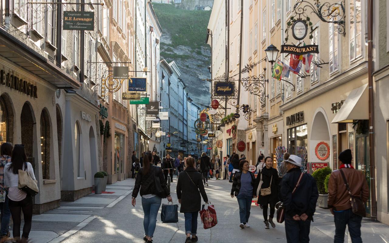 Die Getreidegasse in Salzburg mit Besuchern