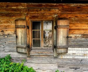 Symbolbild Fenster einer Almhuette
