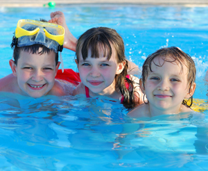 3 Kinder beim Schwimmen