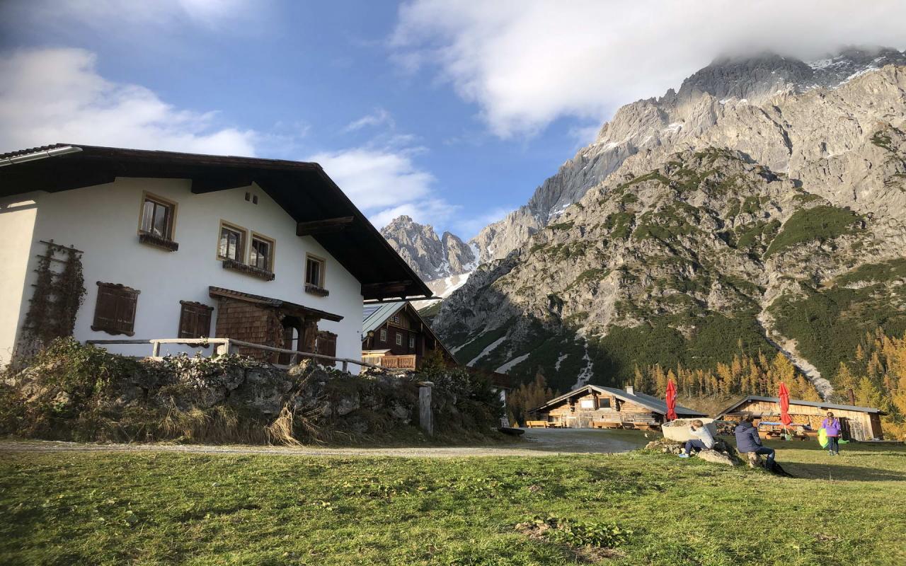 Bachlhuette mit Gebirge