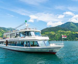 Rundfahrtsboot Schittenhoehe auf dem Zeller See