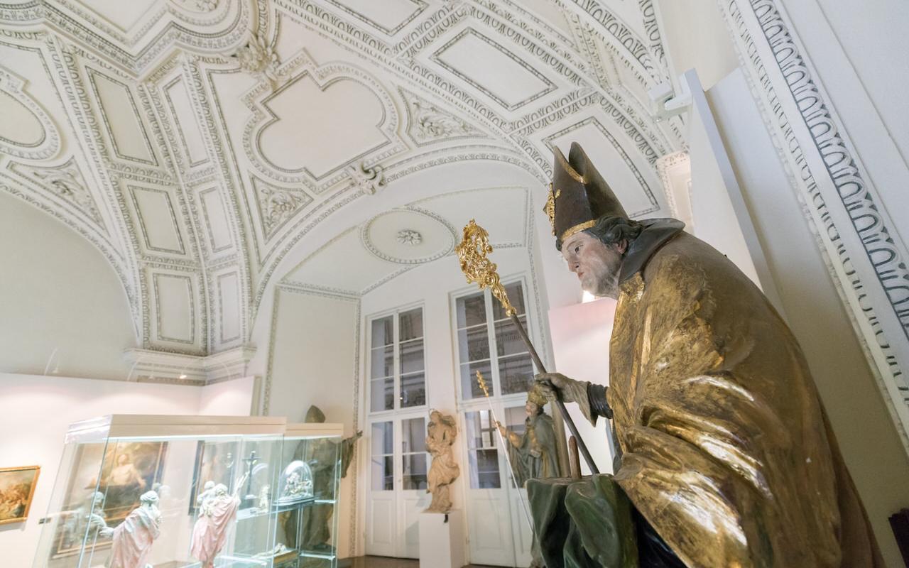Dommuseum Salzburg mit Statue im Schauraum
