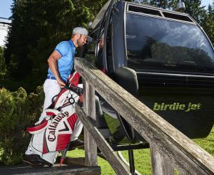 Golfer mit verschiedenen Schlaegern