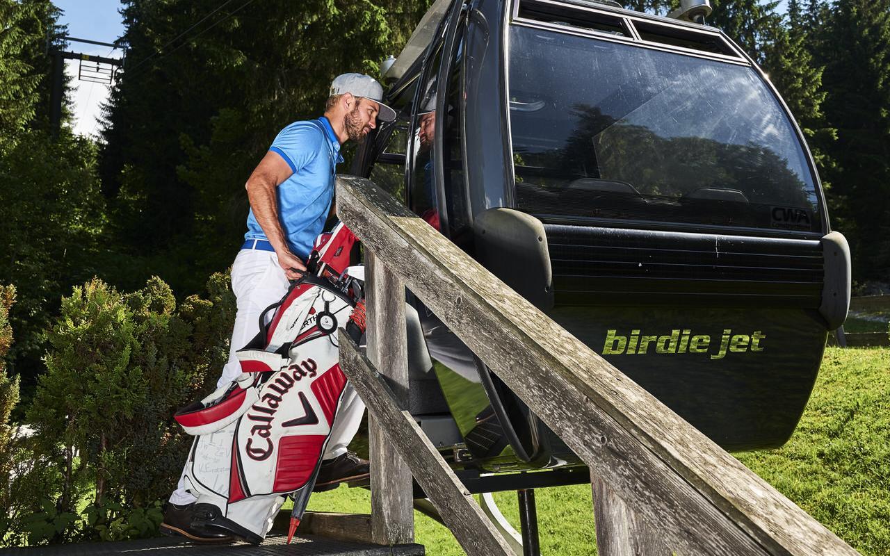 Golfer beim Einsteigen in den birdie jet