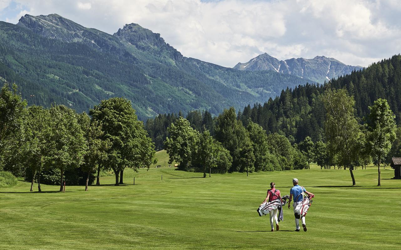 Zwei Golfer gehen zum naechsten Loch