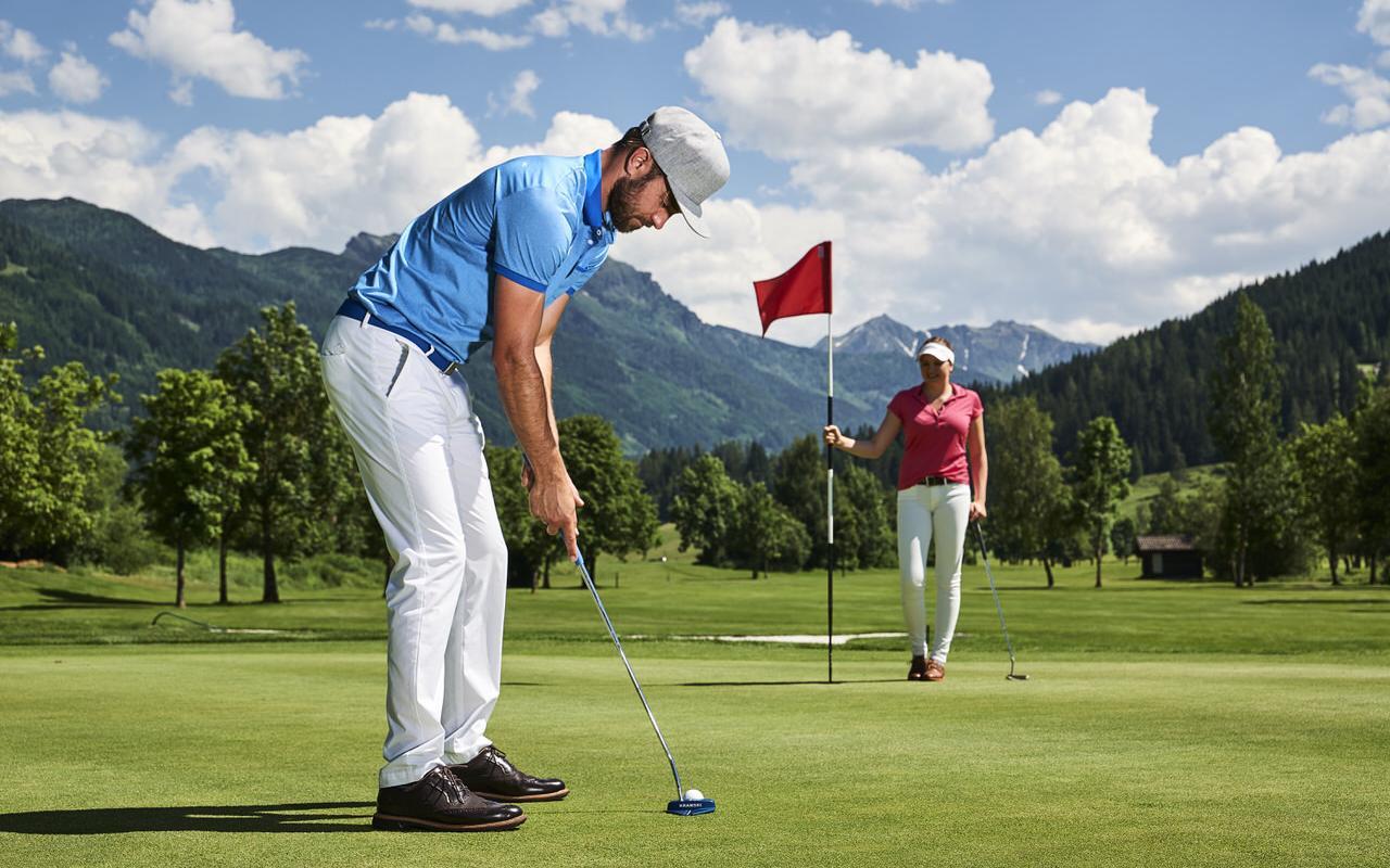 Golfer beim Einputten
