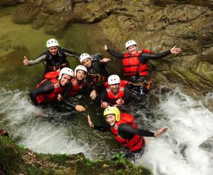 Eine Gruppe von Personen beim Canyoning