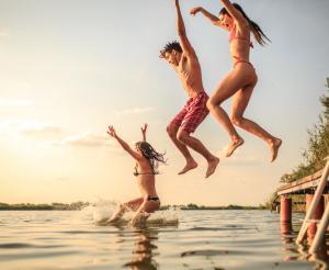 Junge Leute springen ins Wasser
