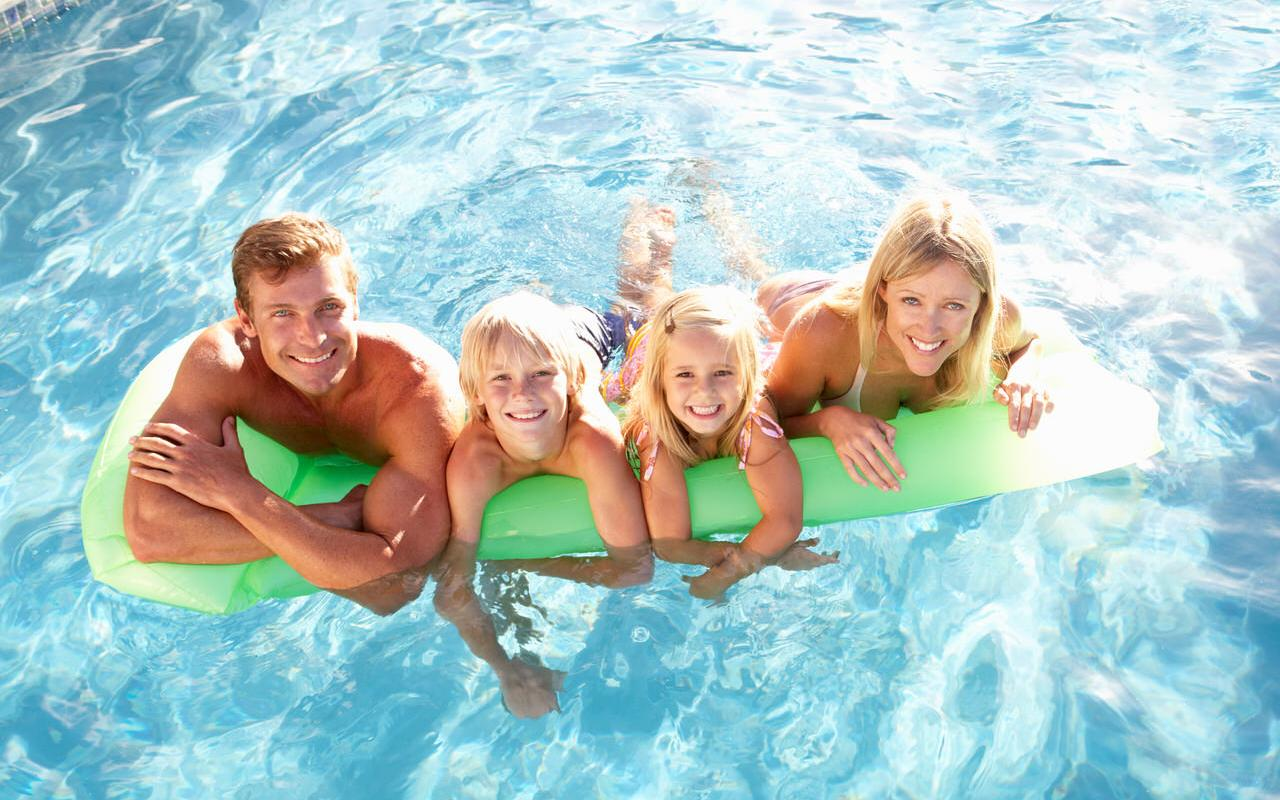 Family in the swimming pool Symbolic image