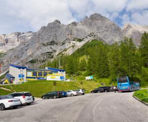Dachstein car park and street tuerlwandhuette
