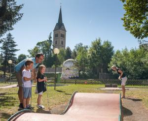 Family playing minigolf in Radstadt