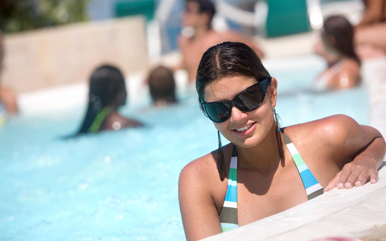 Junge Dame im Schwimmbad