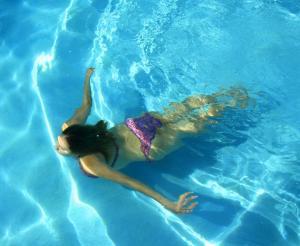 Eine Dame taucht im Wasser